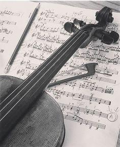 De morgenstond heeft goud in de mond  #belgium #belgian #flemish #violin #violinist #music #musician #classicalmusic #opera #quote #guy #boy #cute #floriandupont #follow4follow #followme #followback #followforfollow #likeforlike #like4like #mrselfridge #sweet #love #sheet #sheetmusic #work #f4f by aelbertpeeters