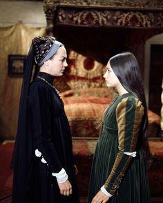 NATASHA PARRY FACING OLIVIA HUSSEY ROMEO AND JULIET 8X10 PHOTO