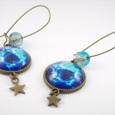 Boucles d'oreille grande dormeuses métal bronze, cabochons en verre motif cosmique et perles en verre bleu et gris