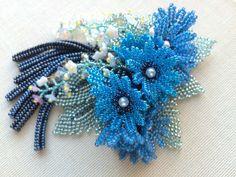 青い小花のじゃらじゃらブーケブローチ