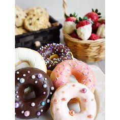 Snack time!! 😋🎶🍪🍩🍓 . (味なし。 硬くて食べられません。 眺めて眺めてお腹を鳴らす用です 笑) . . #decoclaycraftacademy #decoclay #claycraftbydeco #decopsgcourse #fakesweets #doughnuts #chocochipcookies #strawberry #snacktime #デコクレイ #decoクレイクラフト #パーソナルスタイルギフトコース #フェイクスイーツ #ドーナツ #いちご #チョコチップクッキー #習い事大阪 #3時のおやつ