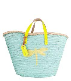 Deze vrolijke rieten strandtassen zijn volledig handgemaakt en geverfd, daarom is geen enkele tas hetzelfde en kan het formaat een beetje afwijken. De tassen hebben leren hengsels en een Stella Rittwagen label. Deze strandmanden zijn een musthave voor deze zomer!