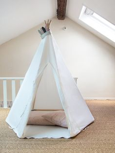 Tente d'indien / tipi / cabane pour chambre d'enfant et de bébé Dimensions : 1,50m de hauteur 1,15m au sol Coloris : blanc cassé Délai : en...