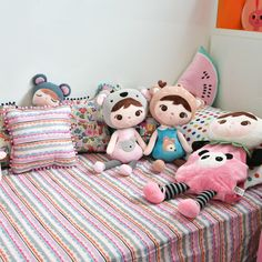 Projeto da Uebaa Design com @amomooui na roupa de cama e pôsters! Um quartinho com um cantinho para brincar, ler, rico em detalhes, texturas e estampas. Na cama foi usado lençol Renda, fronha Mini Twister e muitas almofadinhas lúdicas e coloridas que combinam com as cores dos móveis. #quartodemenina #quartodelicado #quartocolorido #divertido #ludico #kidsroom