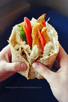 Super fit tortilla option with curry chicken stripes, salad and light garlic dip. Easy and healthy! (in Polish) Chicken Stripes, Garlic Dip, Wrap Recipes, Poultry, Sandwiches, Curry, Paleo, Polish Chicken, Good Food