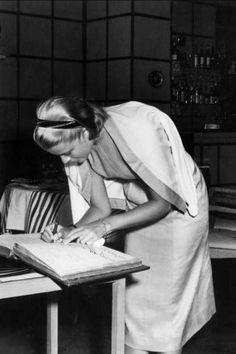 Grace Kelly style mythique le cardigan posé sur les épaules - EN IMAGES. Grace Kelly, le style mythique d'une icône - L'EXPRESS