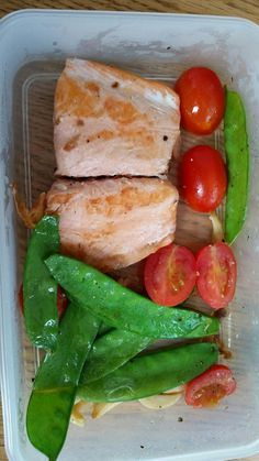 Nice looking lunch. Small salmon, grape tomatoes, and pea pods.