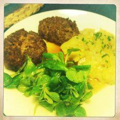 Fleischkuechle mit Kartoffel- und Ackersalat.
