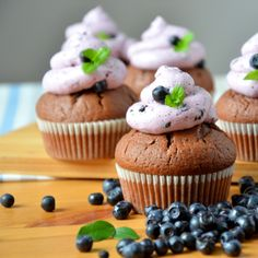 Babeczki czekoladowe z kremem jagodowym / Blueberry cream chocolate cupcake / ciastkozercy