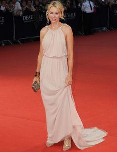 Naomi Watts con vestido largo de inspiración griega en rosa palo, de Nina Ricci.