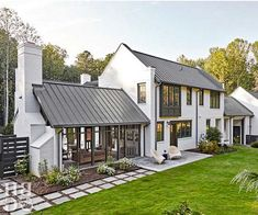 With its lush green surroundings and modern exterior, you& never guess this. With its lush green surroundings and modern exterior, you& never guess this house is nestled right in the middle of the metropolis of Winston-Salem, North Carolina. Modern Farmhouse Exterior, Farmhouse Homes, City Farmhouse, Farmhouse Landscaping, Backyard Landscaping, Farmhouse Ideas, Farmhouse Windows, Backyard Ideas, Farmhouse Garden