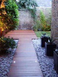 Spesso nella progettazione di piccoli giardini si ricorre all'uso della pavimentazione, sia perché offre la possibilità di conferire uno stile davvero unico all'ambiente sia perché lo rende molto p…