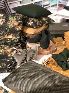 Grün, ist die Trendfarbe in diesem Herbst! Besonders schön sind die Hausschuhe aus reinem Wollfilz! Natur pur! Home Fashion, Longchamp, Trends, Tote Bag, Bags, Inside Shoes, Felting, Home Decor Accessories, Autumn