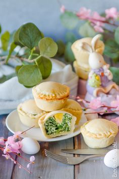 Un classico della Pasqua rivisitato in monoporzione, con ovetti di quaglia e un guscio friabile e gustoso. Ideali per l'antipasto ma anche per buffet e pic nic.