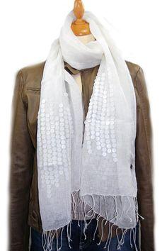 Shawl, Amor, linnen, wit met rondjes.