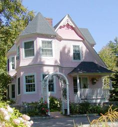 A Queen Anne cottage in Jackson, New Hampshire takes on playful colors