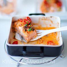 Łosoś zapiekany z czerwonym pesto, jogurtem i pomidorami