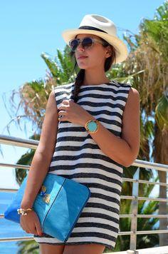 Impresionante Silvia de 1 Silla para mi Bolso, lleva un look fantástico con un vestido estilo navy ideal para el verano, ella ha elegido 2 de nuestras pulseras MAR BCN para darle un toque de sofisticación a su look, consíguelas en www.marbcn.com