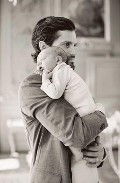 """El pequeño Alexander, que nació el 19 de abril en el Hospital Danderyd, ha sido el mejor regalo para el príncipe Carlos Felipe, que celebra su 37 cumpleaños estrenándose como padre.  Con este posado, la Casa Real Sueca, ha aprovechado para agradecer todas las felicitaciones que han recibido por la llegada al mundo del pequeño Alejandro. """"De esta forma queremos darles las gracias por las felicitaciones que hemos recibido por el nacimiento de nuestro hijo, el príncipe Alexander. Apreciamos…"""