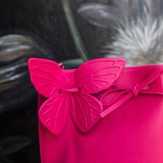 🦋👀 Turn heads in our striking magenta 'Remi' bag 🙌💖  from @sophiawebster's closet