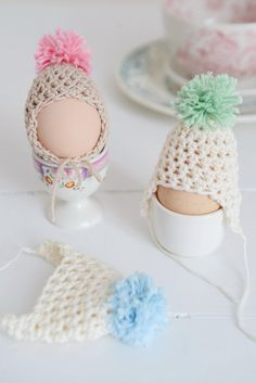 Egg Dude Hats Crochet Pattern (FREE) I think this is a silly idea but the pattern might be useful for a doll outfit. Crochet Gratis, Crochet Diy, Crochet Amigurumi, Crochet Home, Love Crochet, Crochet Mignon, Bonnet Crochet, Confection Au Crochet, Easter Crochet Patterns
