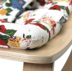 Houten wipstoeltje met grappig en comfortabel bloemenkussen De LEVO Rocker – het klinkt nogal wild, maar zo heten de wipstoeltjes uit deze collectie – biedt je kleintje een heerlijk, geborgen plekje bij jou in de buurt. Het wipstoeltje zelf is verkrijgbaar in beech (beuken) en walnut (walnoot), afgewerkt met een lak op waterbasis. Het dessin is ook in meerdere kleuren verkrijgbaar – wat dacht je van dit mooie kussen met Hibiscus print!