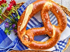 German Pretzels are popular all over the world. In German it is called Bretzel, Brezl, in Bavaria/Austria Brezn, in Swabia Bretzle. Since the century the symbol of the German bakers guild. Bretzel Recipe, German Pretzel Recipe, Pizza Blanca, German Appetizers, German Bread, German Baking, Oktoberfest Food, Gluten Free Puff Pastry, Cake Shapes
