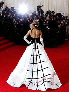 Oscar de la Renta's Most Showstopping Red Carpet Moments | SARAH JESSICA PARKER | At the 2014 Met Gala