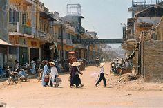 https://flic.kr/p/97jfut   Huế 14-4-1968, mười tuần sau trận chiến Tết Mậu Thân, sinh hoạt trở lại bình thường trên đường phố đổ nát vì bom đạn.   Những phụ nữ Huế với chiếc áo dài trong sinh hoạt thường nhật, một hình ảnh khó còn gặp lại ngày nay. 14 Apr 1968, Hue, South Vietnam --- Ten weeks after the Tet Offensive fighting, business continues in the streets or bombed-out buildings.  This sidewalk black market has for sale everything from canned milk to American cigarettes and liquor…