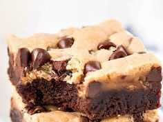 You can enjoy a fudgy brownie and a chewy chocolate chip cookie with each bite of these awesome, scrumptious Brookie Bars! It's Melanie, here from Garnish & Glaze to once again share an awe Brownie Cookies, Chewy Chocolate Chip Cookies, Cookie Bars, Chocolate Chip Cookie Brownies, Chocolate Bars, Bar Cookies, Köstliche Desserts, Delicious Desserts, Dessert Recipes