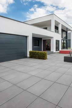 You are in the right place about entrance design Here we offer you the most beautiful pictures about the restaurant entrance you are looking for. When you examine the Senzo Titan. Modern Driveway, House Entrance, Terrace Design, Front Garden, House Exterior, Modern Patio, Diy Patio, Concrete Houses, Modern House Exterior