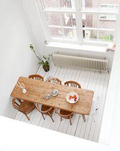 Witte vloer en lange tafel