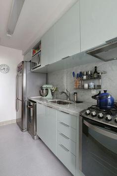 amenagement-petite-cuisine-cuisine-en-longueur-avec-les-meubles-en-vert-pistache-avec-des-poignées-en-couleur-argent
