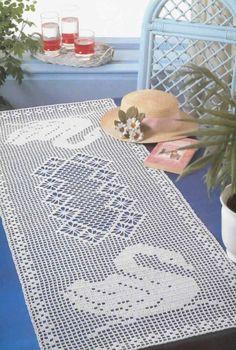 chemin de table décoré de cygnes