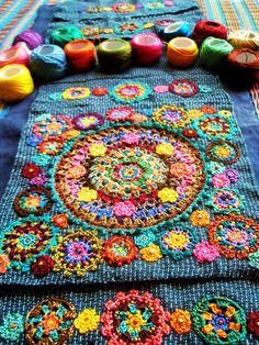 Crochet on fabric? ༺✿ƬⱤღ http://www.pinterest.com/teretegui/✿༻
