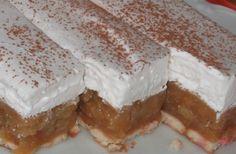 Nepečené jablečné řezy s vanilkovou příchutí a na vrchu vyšlehaná šlehačka.