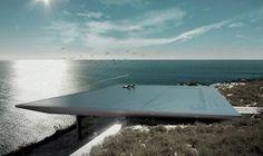 Uma piscina de borda infinita atua como espelho e integra esta residência à paisagem mediterrânea