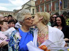 62% YES! Casal se beija em comemoração ao referendo do casamento gay na Irlanda.