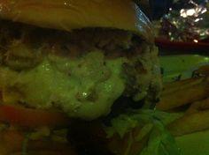 Hamburguesa Super Ìtaca - @Itaca Hamburguesa doble carne, doble queso con riquisimo pollo desmechado. Recomendada para gente de buen apetito. Tip: La salsa tártara de este lugar es riquísima. Aprox $7.50 USD.