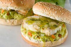 Μπέργκερ με ψάρι ψητό και «ρώσικη» με αβοκάντο - Συνταγές | γαστρονόμος