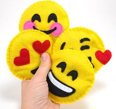 Cute Felt Emoji DIY Cat Toys for your favorite playful pet! These DIY cat toys will make you smile. Felt Crafts, Crafts To Make, Craft Projects, Sewing Projects, Crafts For Kids, Arts And Crafts, Sewing Tips, Party Emoji, Emoji Craft