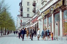 BERLIN 08.05.1977 - Wartende Kunden vor dem Schuh-Salon an der Karl-Marx-Allee Karl Marx Allee Berlin, 80s Stuff, East Germany, Berlin Wall, Socialism, The Past, Wanderlust, Street View, Travel