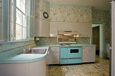 If I found a house with a pristine Mid Century kitchen like this, I wouldn't change a thing. My son Ryan would think he'd died and gone to heaven if we had a kitchen like this....he loves retro stuff