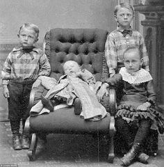Post mortem photography, also known as death photography, was something that was very popular in a time when cameras weren't accessible. Also sometimes known as memento mori, death photography was the Louis Daguerre, Photo Post Mortem, Post Mortem Pictures, Victorian Photos, Victorian Era, Victorian History, Victorian Portraits, Fotografia Post Mortem, Vintage Photographs