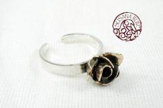 Rosa de bronce sobre anillo de plata