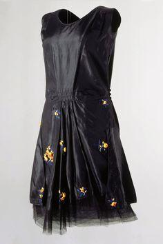 KLEID (DAMEN) LM-111961 Kleid (Damen). Ärmellos und tiefsitzende Taille. Schwarzer Seidentaft. Mit Blumenapplikationen. 1924. (LM-111961)