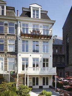 De achterzijde is opnieuw in de verf gezet en is van een nieuwe houten veranda voorzien // Renovatie herenhuis Vondelbuurt // Lumen Architectuur