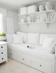 Shelving above the daybed?