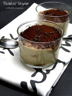 Tiramisu' Vegano - Senza mascarpone,uova e latte | Le Ricette di Gessica Raw Vegan Desserts, Vegan Cake, Vegan Sweets, Vegan Dishes, Raw Food Recipes, Delicious Desserts, Cake Recipes, Sweet Light, Tortillas Veganas