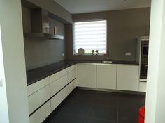 Moderne, #greeploze #keuken. Witte #hoogglans keuken met #inductiekookplaat en #RVS #afzuigkap. Erp, Veghel.